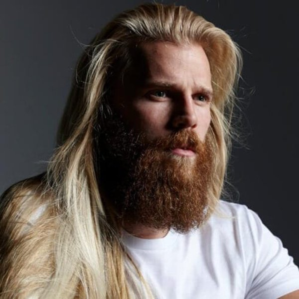 9. Main with straight hair and a long beard